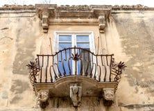 Anthropomorphic stendiagram under balkongen av den LaRocca slotten Ragusa Ibla Sicilien Italien royaltyfri foto