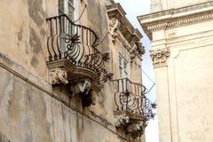 Anthropomorphic stendiagram under balkongen av den LaRocca slotten Ragusa Ibla Sicilien Italien royaltyfria foton