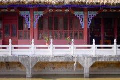 Anthurium εγκαταστάσεις με τα κόκκινα λουλούδια στη γέφυρα του ναού Yuantong Στοκ Εικόνες