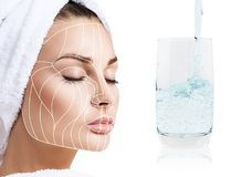 Anti--åldras linjer för Facelift på kvinnlig framsida och exponeringsglas med klart vatten Arkivfoton
