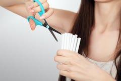 anti прекращенное изображение 3d представленным курить Крупный план женщины вручает сигареты вырезывания Стоковые Фотографии RF