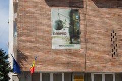 Anti affiche de corruption montrée sur un mur de QG d'administration d'État en Turnu Severin Transylvania Photo stock