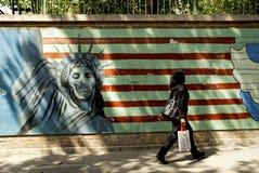 Anti Amerikaanse muurschildering Teheran Iran met versluierde vrouw royalty-vrije stock afbeeldingen