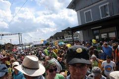 Anti-Atom Energieprotestierender, die allgemeinen Zug betreten stockfoto