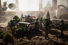 Anti-Aufstandpolizei gibt Signal, bereit zu sein Regierungsenergiekonzept Polizei in der Aktion Blinkende Sirenen des blauen Rote Lizenzfreies Stockfoto