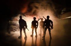 Anti-Aufstandpolizei gibt Signal, bereit zu sein Regierungsenergiekonzept Polizei in der Aktion Rauch auf einem dunklen Hintergru Stockfotos