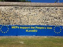 Anti--Brexitbaner - MEP-service som folk`en s röstar - som lämnas i parlamentfyrkanten, London Arkivfoton