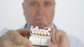 Anti campagne de tabac avec un docteur Showing Cigarettes et fabrication d'aucun signe de doigt clips vidéos