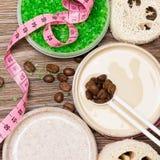 Anti--cellulite kosmetiska produkter med koffein arkivbilder