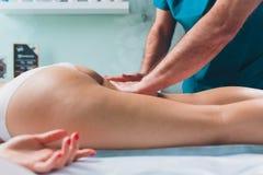 Anti--cellulite massage p? benen av unga kvinnor arkivfoton