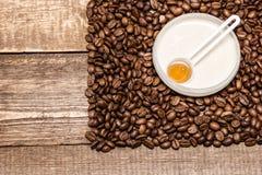 Anti--cellulite skönhetsmedel med koffein royaltyfri fotografi