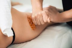 Anti-Cellulitemassage von Hüften im Badekurort Konzept des gesunden Lebensstils stockbilder