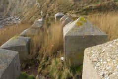 Anti cubes en réservoir, les défenses côtières d'invasion en pierre de la deuxième guerre mondiale. Images stock