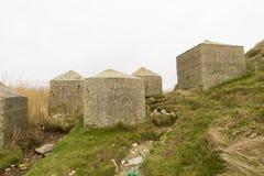 Anti cubes en réservoir, les défenses côtières d'invasion en pierre de la deuxième guerre mondiale. Photographie stock libre de droits