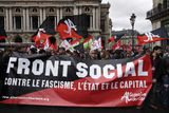 Anti--fascism demonstration i Paris Royaltyfri Bild