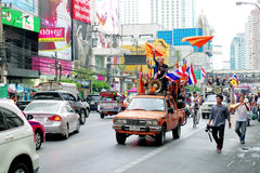 Anti-government protesters to the Democracy Monument. The protest Against The Amnesty bill in Pra Stock Photos
