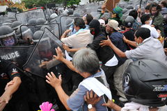 Anti-Government Rally in Bangkok. Nationalist protesters from the Pitak Siam group clash with riot police on Makhawan Bridge on November 24, 2012 in Bangkok Stock Photos