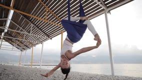 Anti--gravitation yoga, kvinna som gör yogaövningar arkivfilmer