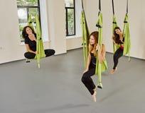 Anti-gravity lucht de yogaportret van groepsvrouwen Stock Foto's