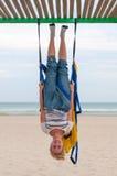 Anti-gravity Yoga, meisje die yogaoefeningen op het strand doen Vliegyoga Royalty-vrije Stock Afbeeldingen