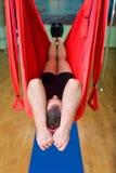 Anti-gravity Yoga, mens het ontspannen in hangmat Stock Fotografie