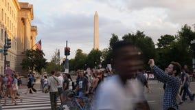 Anti-haatprotesteerders Maart op de Weg van Pennsylvania dichtbij Washington Monument stock videobeelden