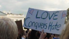 Anti-Hass-Protestierender-Griff-Zeichen außerhalb des Weißen Hauses