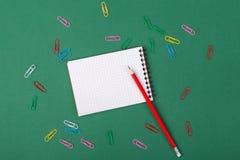 anti kontor annan brevpapper för saxsharpenerhäftapparat Arkivbild