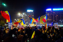 Anti-korruptionpersoner som protesterar med flaggor, Bucharest, Rumänien Royaltyfria Foton