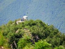 Anti-lawinekanon en meteorologische post bij de bovenkant van een bergketen royalty-vrije stock foto's