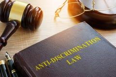 Anti lei da discriminação na tabela Conceito da igualdade fotografia de stock