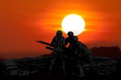 Anti mitrailleuse d'incendie d'aéronefs et soldat trois en silhouette Image libre de droits