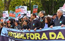 Anti-NATO Proteste in Lissabon stockbild