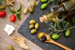 Anti-oxyderende groene olijven in zwarte plaat royalty-vrije stock fotografie