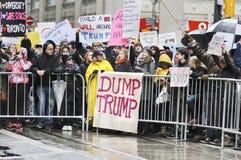 Anti raduno di Trump davanti alla torre di Trump a Toronto Immagini Stock