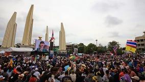 Anti--regering personer som protesterar på demokratimonumentet Arkivfoton