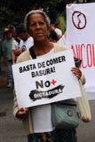 Anti--regering personer som protesterar som rymmer ett baner som läser: Stoppa att äta avskräde arkivbild