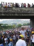 Anti--regering personer som protesterar stängde en huvudväg i Caracas, Venezuela royaltyfri fotografi