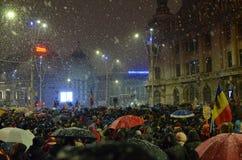 Anti-regeringen protesterar i Bucharest i omilt väder royaltyfri bild