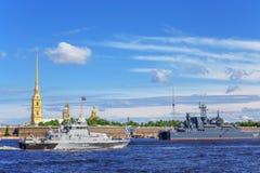Anti-Sabotageboot Suvorovets auf Wiederholung der Marineparade am Tag der russischen Flotte in St Petersburg stockfoto