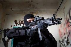 Anti-Terror-Einheits-Polizist während des Auftrags lizenzfreie stockfotografie