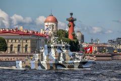 Anti-Terrorboot Grachonok auf Wiederholung der Marineparade am Tag der russischen Flotte in St Petersburg lizenzfreie stockfotografie