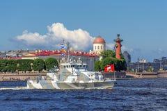 Anti-Terrorboot Grachonok auf Wiederholung der Marineparade am Tag der russischen Flotte in St Petersburg stockfotografie
