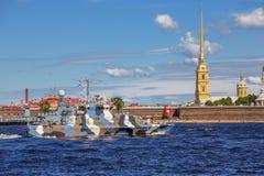 Anti-Terrorboot Grachonok auf Wiederholung der Marineparade am Tag der russischen Flotte in St Petersburg lizenzfreie stockfotos