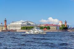 Anti-Terrorboot Grachonok auf Wiederholung der Marineparade am Tag der russischen Flotte in St Petersburg stockbilder