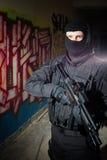 Anti--terrorist enhetspolis under nattbeskickning Arkivfoto