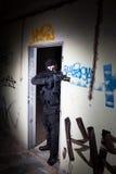 Anti-Terroristeinheitspolizist während des Nachtauftrags Stockfoto