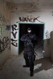 Anti-Terroristeinheitspolizist während des Nachtauftrags Lizenzfreie Stockbilder