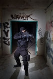 Anti-Terroristeinheitspolizist während des Nachtauftrags Stockbild