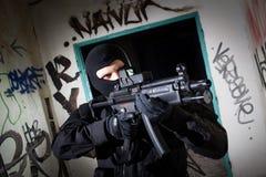 Anti-Terroristeinheitspolizist während des Nachtauftrags Lizenzfreies Stockbild